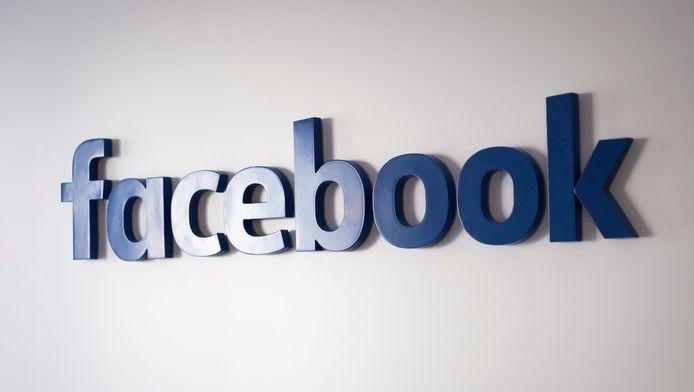 """""""Si des pages partagent de façon répétée des articles considérés comme des fausses infos, ces pages ne seront plus autorisées à faire de la publicité sur Facebook"""", selon un billet posté sur le blog de l'entreprise."""