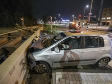 Automobilist knalt op stilstaande wagon in Rotterdam-Zuid