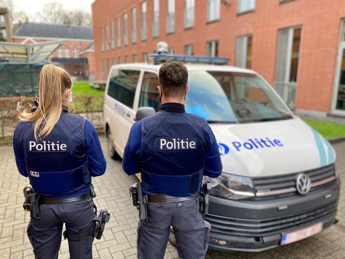 Inspecteur Ellen (24) van de politiezone van Lier samen met haar collega.