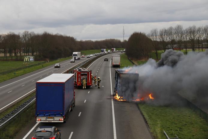 Een vrachtwagen staat in brand op de A73 bij Boxmeer.