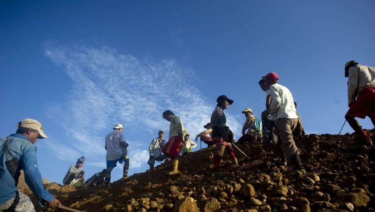 Archieffoto: in een berg mijnafval zoeken mensen in Kachin in Myanmar naar restjes edelsteen. Beeld afp