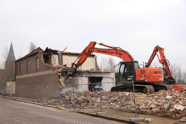 De oude gemeentelijke gebouwen in de Kerkstraat verdwijnen onder de sloophamer.