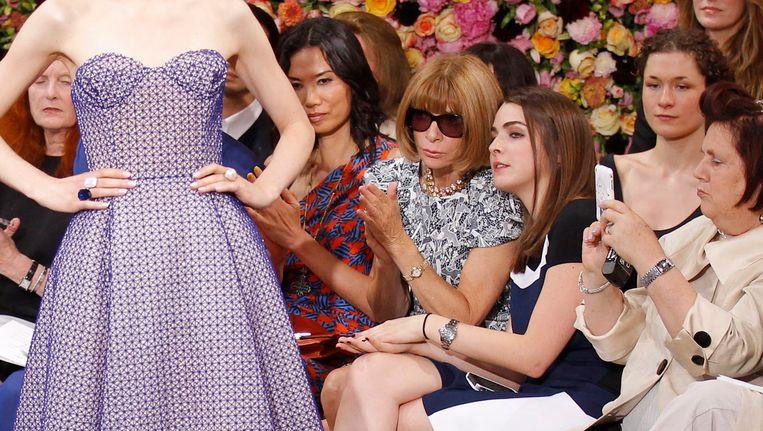 Suzy Menkes, uiterst rechts. In het midden, met zonnebril, Anna Wintour, hoofdredactrice van Vogue. Beeld reuters