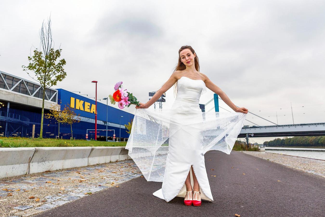 Favoriete Hoezo dure trouwjurk? Utrechtse maakte haar eigen jurk van IKEA  @AG98