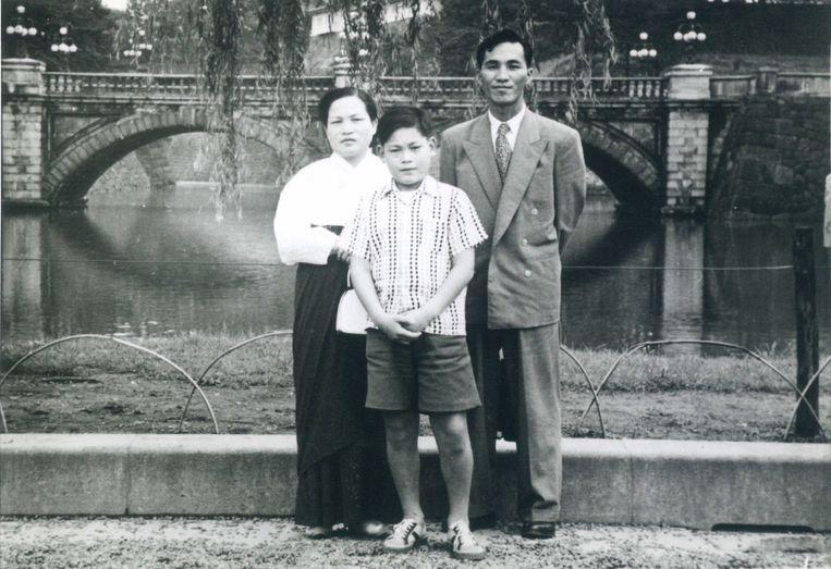 Lee Kun-hee als kind met zijn ouders. Beeld EPA