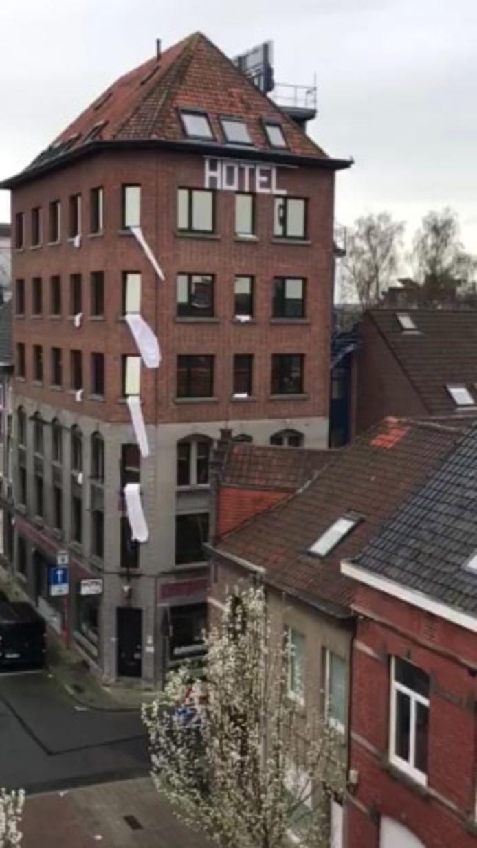 Witte lakens aan hotel De Bonte Os.
