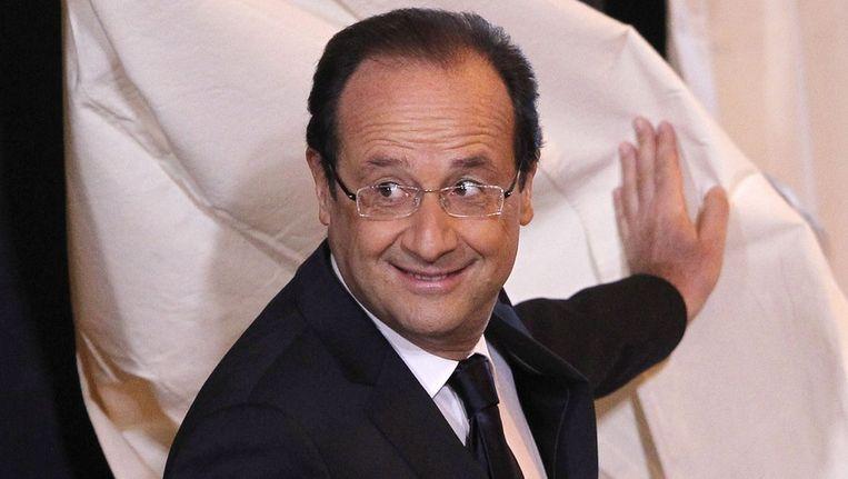 François Hollande komt uit een stemhokje. Beeld epa