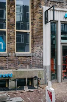 Knalblauwe Albert Heijn-letters op gevel monumentaal postkantoor roepen afschuw op bij Utrechters