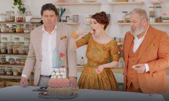 Juryleden Herman Van Dender en Regula Ysewijn proeven van Julie's 'Belle en het beest'-taart in Bake Off Vlaanderen.