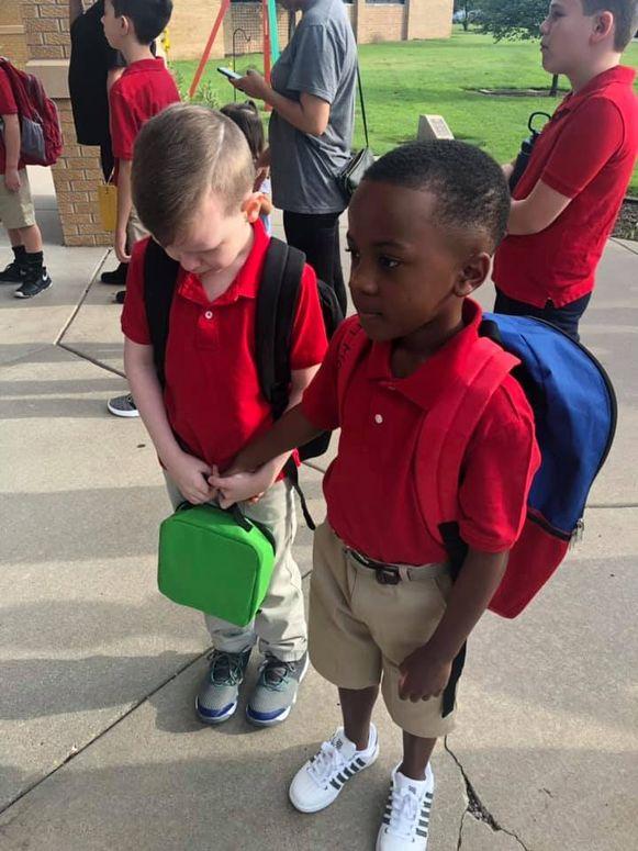 Connor en Christian op hun eerste schooldag.