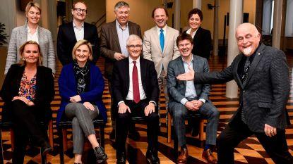 VIDEO. Jan Peumans steelt de show tijdens fotosessie van Vlaamse regering