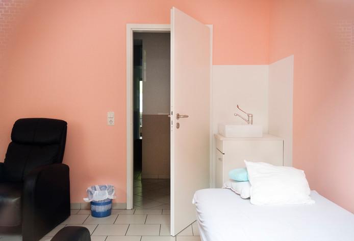Een behandelkamer van de alternatieve kankerkliniek van Klaus Ross.