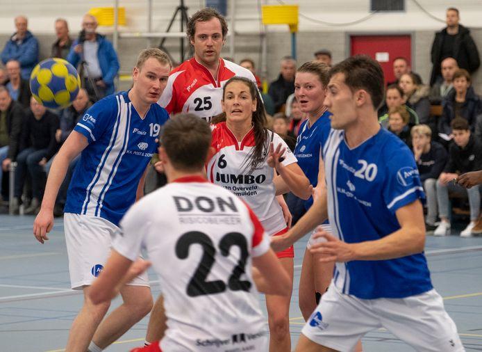 TOP in duel met Avanti. Anita de Ridder speelt de bal uit naar ploeggenoot Jurriaan Bouwens (22). Op de achtergrond Jorian Schroevers.