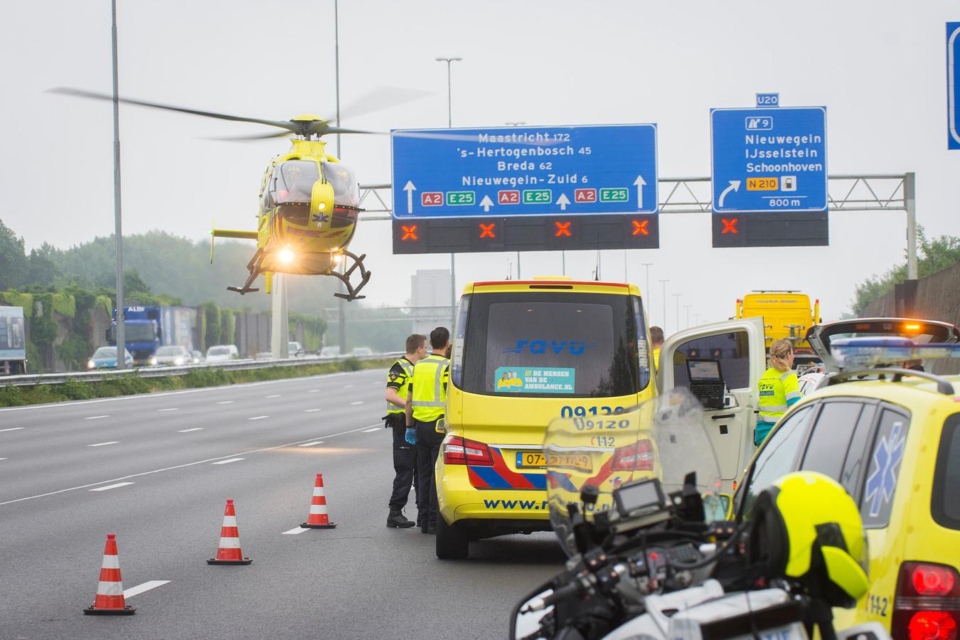 Een traumaheli landt pal naast de plek van het ongeval. Voor de motorrijder kwam elke hulp echter te laat.