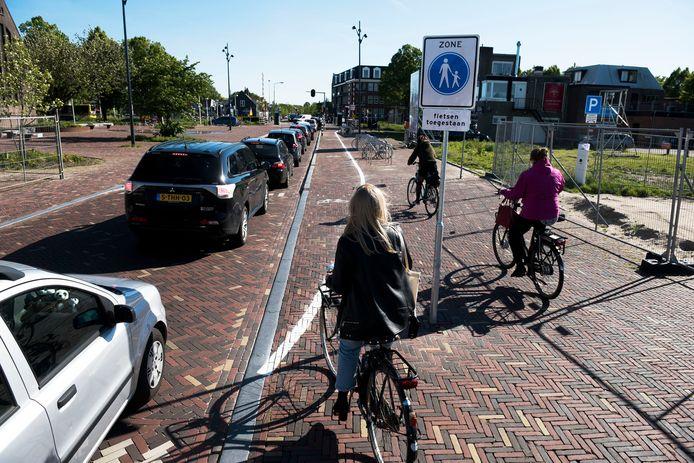 Op het trottoir van de onlangs heringerichte Castellumlaan is er nu een provisorisch fietspad bijgefrommeld (Foto Marnix Schmidt)