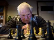 Voorzitter schaakclub (84) breekt arm door val uit perenboom