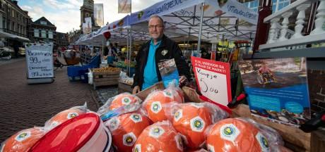 Westerink (66) stelt pensioen én vakantie uit en staat op de markt met ballen voor gehandicapte Sven (5) uit IJsselmuiden