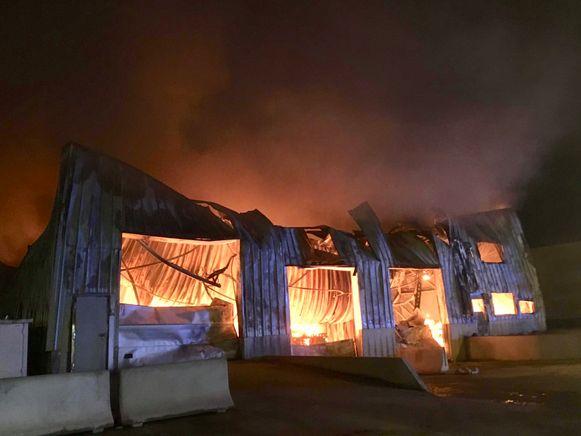 Het vuur legde de ambachtelijke wafelbakkerij Dimabel in een mum van tijd in de as.