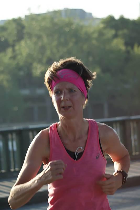 Carla Boonstra heeft het hardlopen weer opgepakt met hulp van zus Miranda.