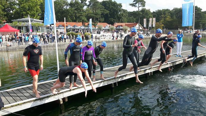 De start van de wedstrijdzwemmers bij de Swim to Fight Cancer in Vught.