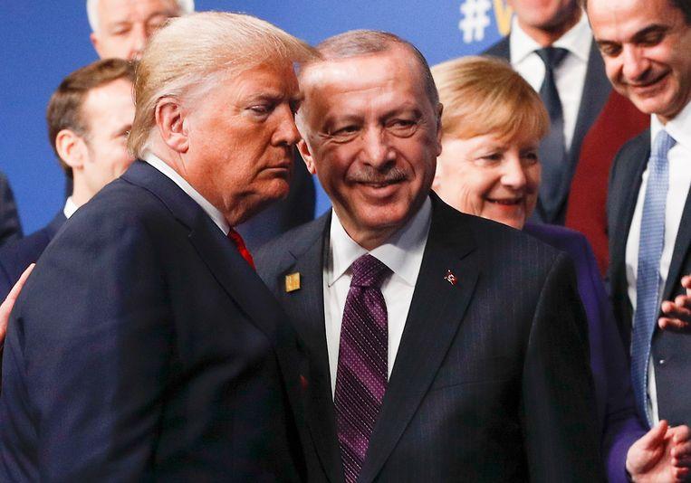 Trump en Erdogan passeren elkaar bij de groepsfoto van de Navo-top  Beeld EPA