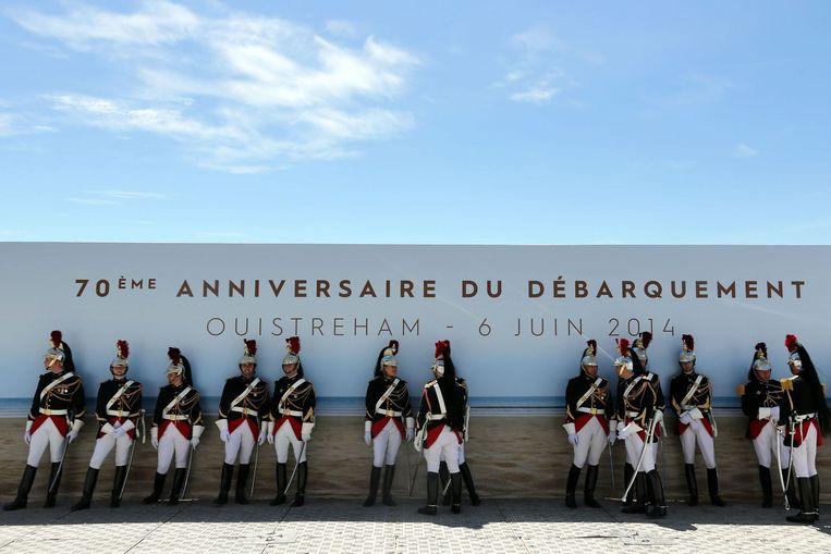Leden van de Franse Republikeinse garde zoeken de schaduw. Beeld anp