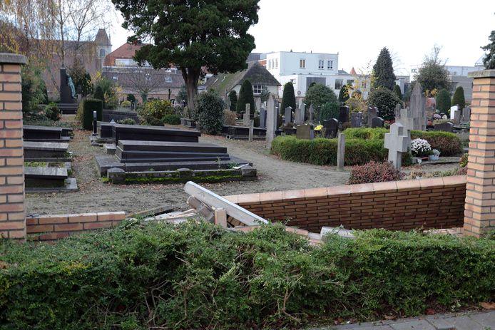 Een stuk muur bij de begraafplaats aan het St. Jansplein in Waalwijk is ingestort.