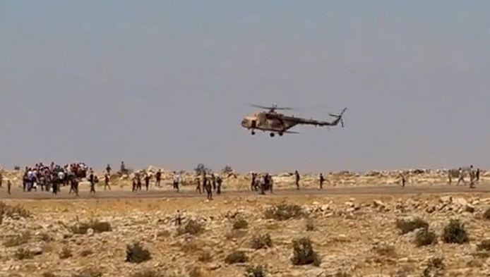Yezidi's rennen naar een helikopter met hulpgoederen