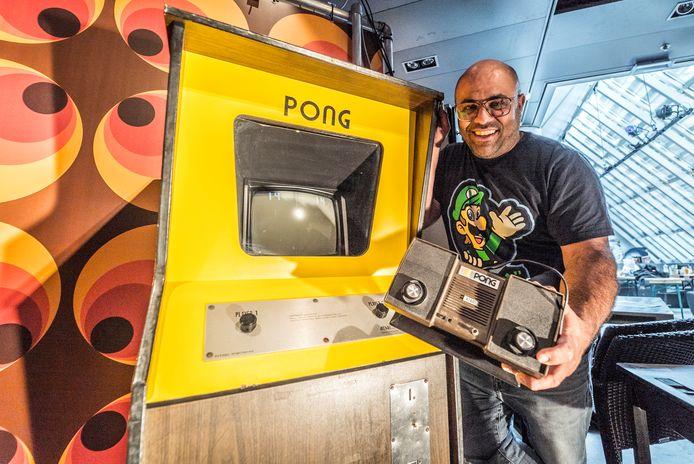 Pong, de allereerste succesvolle videogame waar het allemaal mee begon. Museumdirecteur Hasan Tasdemir heeft ook de consumentenversie van Pong in zijn collectie.