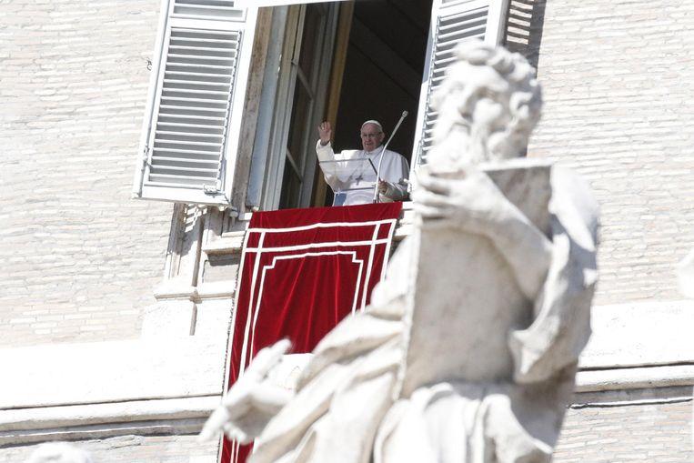 Paus Franciscus begeleidt de aanwezigen op het Sint-Pietersplein in gebed. Beeld EPA