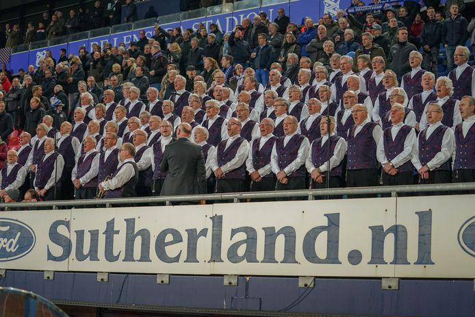 Een zangkoor zingt het Friese volkslied in het Abe Lenstra Stadion.
