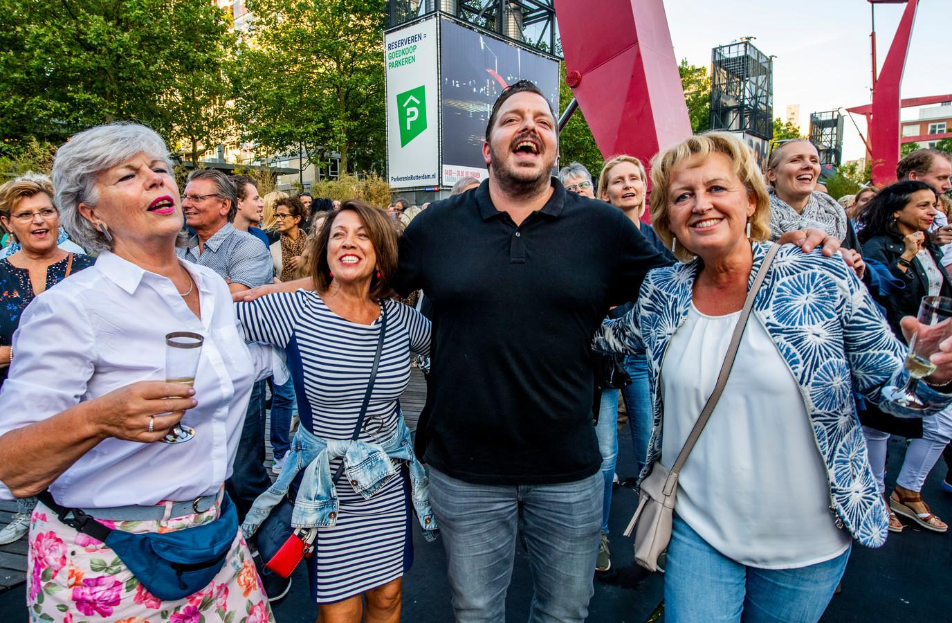 Meezingers op het festival voor het publiek.