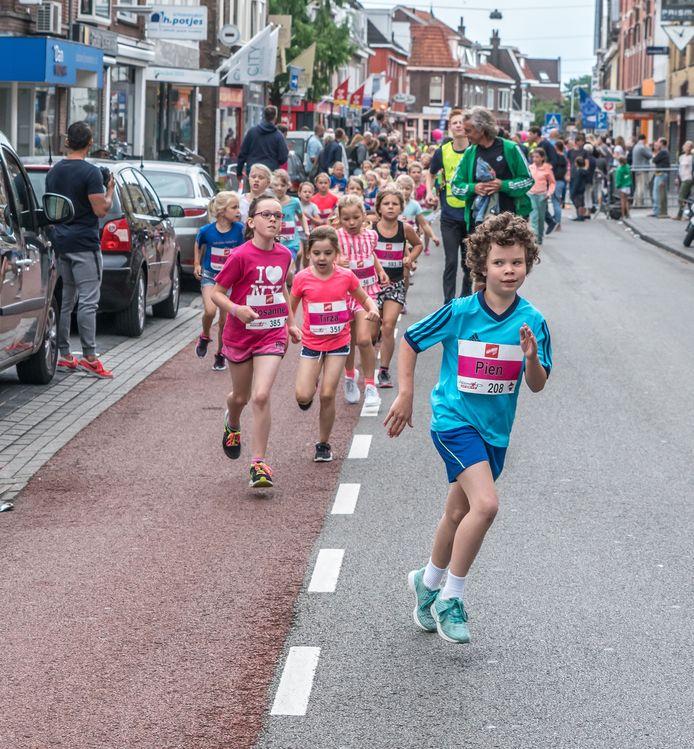 Rennende kinderen tijdens een eerdere editie van de AsRENdorp. Dit jaar wordt de wedstrijd anders ingericht: iedereen rent op eigen houtje zijn afstand, een app houdt de tijd bij.