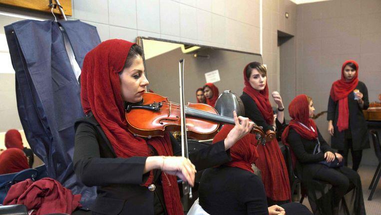 Leden van het orkest in de kleedkamer inTeheran voor aanvang van het door Riccardo Muti gedirigeerd concert. Hoofddoeken zijn voor de vrouwen verplicht. Beeld Silvia Lelli