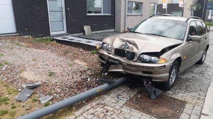 Wagens botsten op kruispunt in wijk De Lelie: verlichtingspaal breekt doormidden