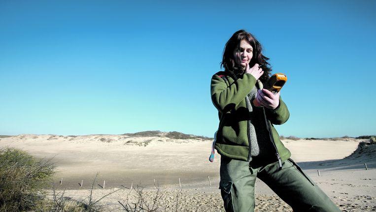 Boswachter Marina Fijten, werkzaam bij Staatsbosbeheer, in het Hollands Duin bij Noordwijk. Beeld Jean-Pierre Jans