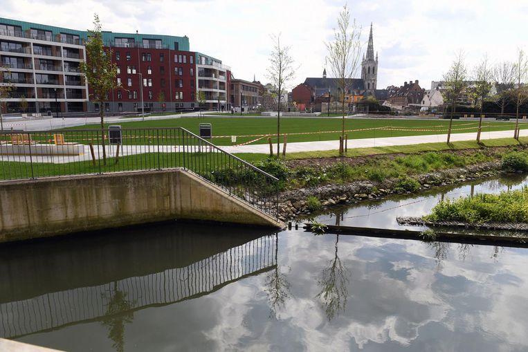 Het Sluispark is ongeveer even groot als het stadspark en heeft onder meer een groot, open grasveld (boven), lange zittrappen die tot aan het water gaan en een waterspeeltuin (onder).