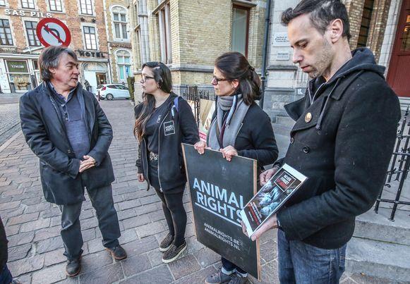 Michel Vandenbosch van Gaia in gesprek met de actievoerders van Animal Rights.