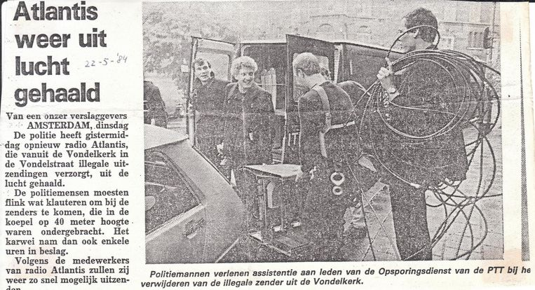 Bericht over een inval bij de illegale zender, De Telegraaf, 1984. Beeld -