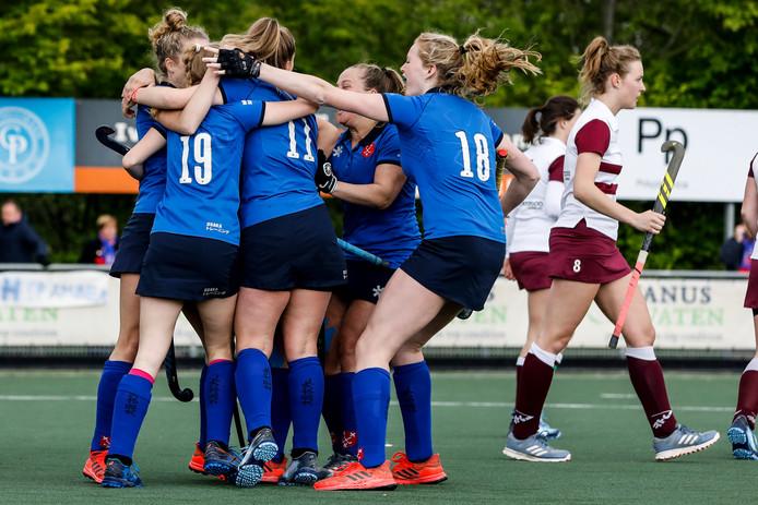 Blijdschap na de 1-0 van Mayra Hos bij Breda. De thuisploeg pakte de titel in eigen huis door Rijswijk met 2-0 te kloppen.