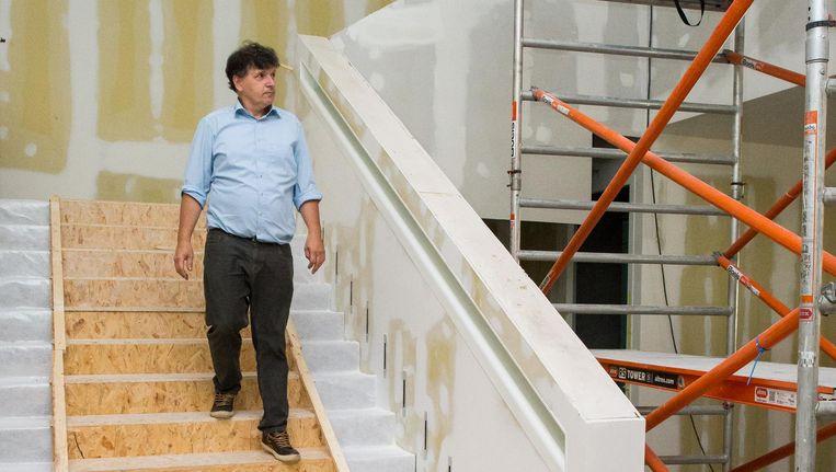 Martin Berendse, directeur van de Openbare Bibliotheek Amsterdam, op de nieuwe trap naar het theater op de zesde verdieping. Beeld Mats van Soolingen