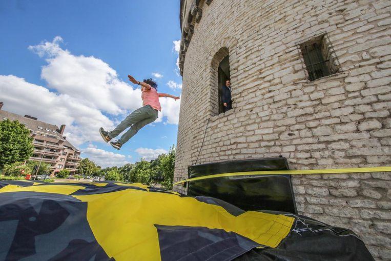 Vanuit de toren kan je springen op een groot luchtkussen.
