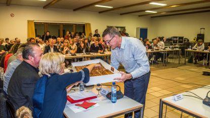Nieuwe voorzitter brengt taart mee naar installatievergadering
