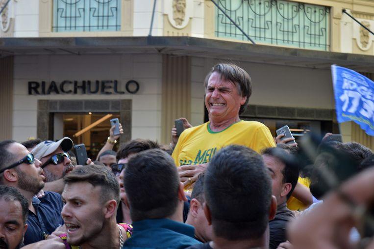Het moment in september 2018 dat Bolsonaro tijdens de campagne voor de presidentsverkiezingen wordt neergestoken.