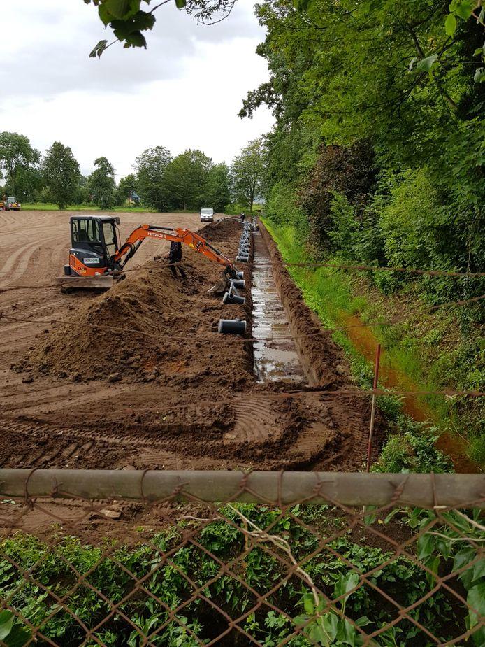 De drainage is de afgelopen weken aangelegd op het nieuwe honkbalveld.