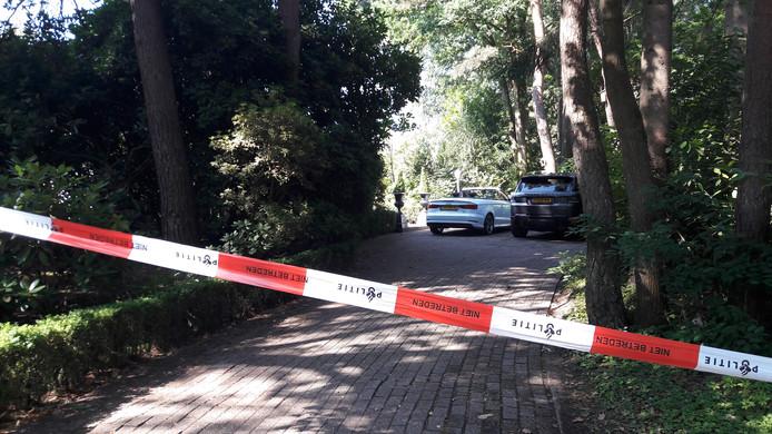 Het huis van de overvallen eigenaar van de Witte Wieven is met politielinten afgezet.
