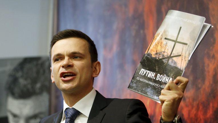 Ilya Yashin, een voormalig medewerker van Nemtsov, presenteert het rapport Beeld reuters