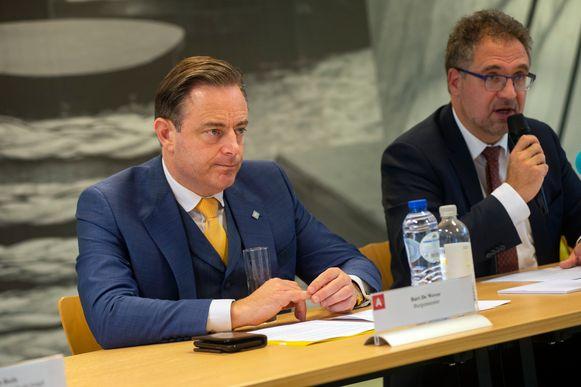 Bart De Wever en Koen Kennis (N-VA) op de voorstelling van de meerjarenbegroting van de stad.