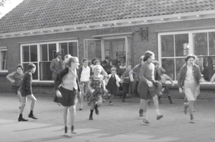 Schoolkinderen op het plein in 1965 in Ammerzoden. Een beeld uit de film die Ring Spaarzegels liet maken.