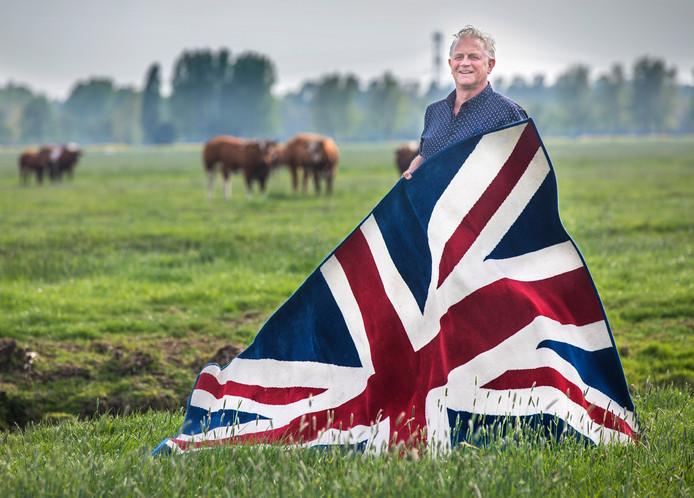 Bonne van Dam van Vee&Logistiek Nederland met de Britse vlag in het weiland.